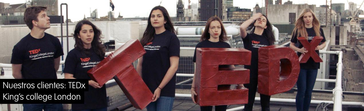Voluntarios con las camisetas personalizadas