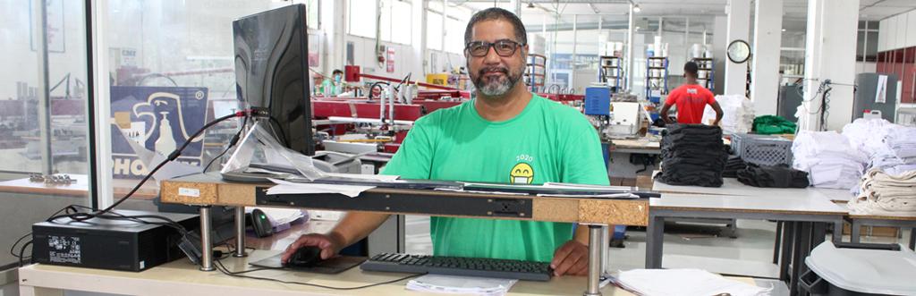 Responsable de almacén gestionando pedidos de camisetas
