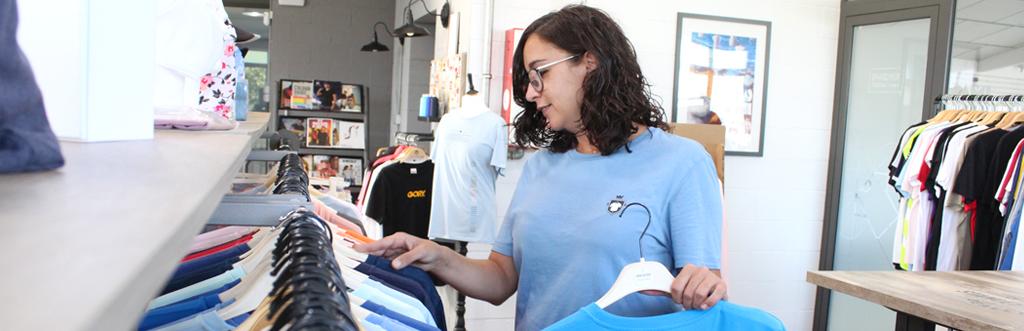 Marina en la tienda de camisetas info